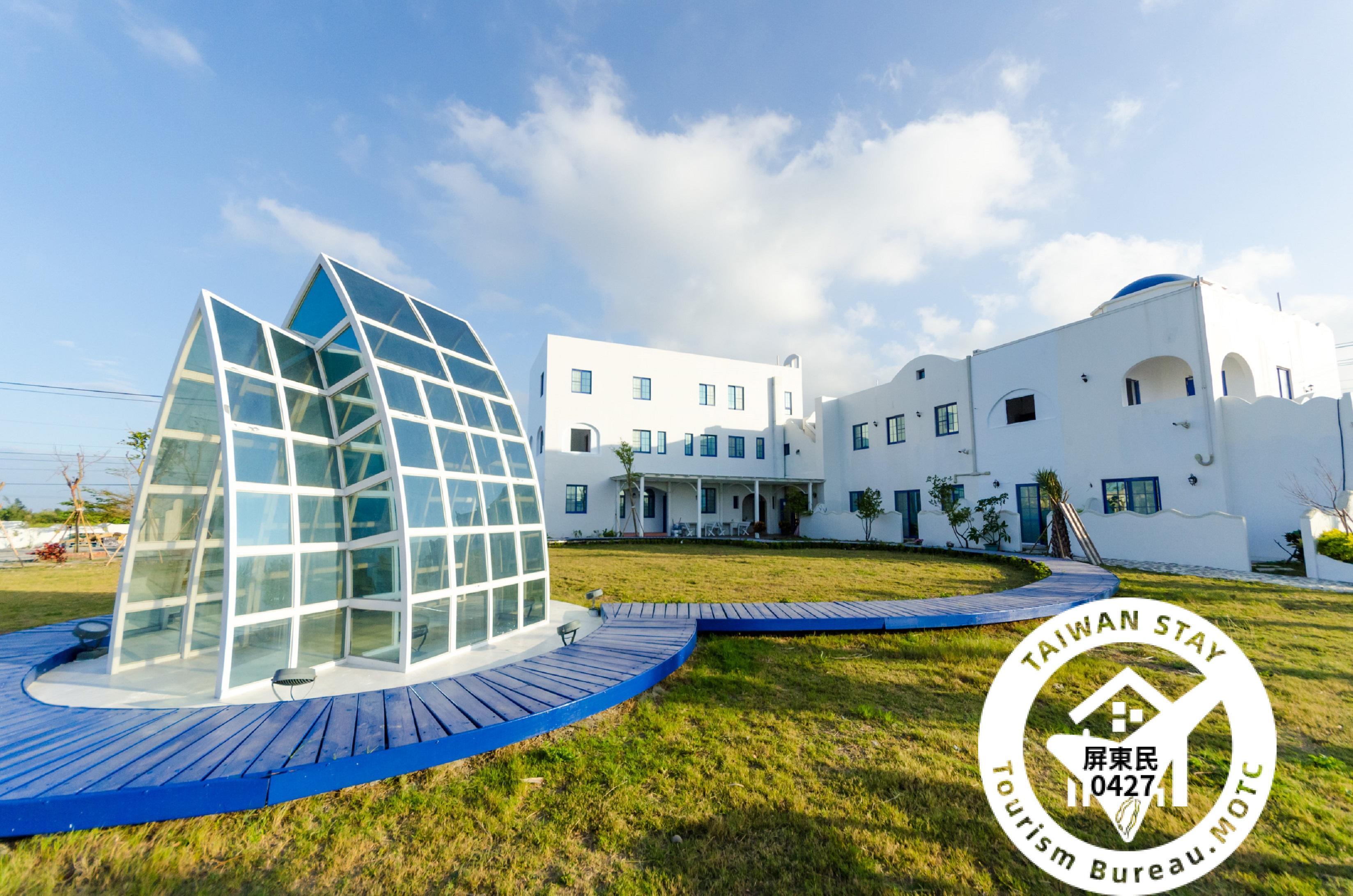 C'est La Vie Villa 小迷鹿位於近恆春鎮入口處,一棟地中海風情的藍白色調建築  在進大門時便看見一座水晶教堂,以木板拼湊成一個愛心步道,浪漫的設計成了新人許下承諾的願望