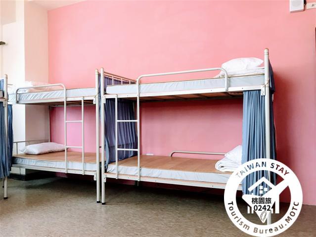 女生團體房裡的1張單人床照片_1